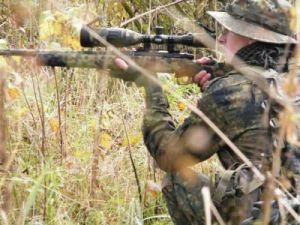 Gewehr getarnt mit Flecktarnband
