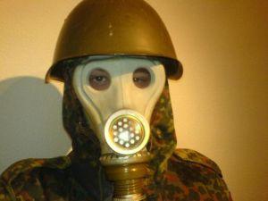 Gasmaske und russischer M52 Helm