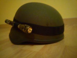 mini maglite sur casque
